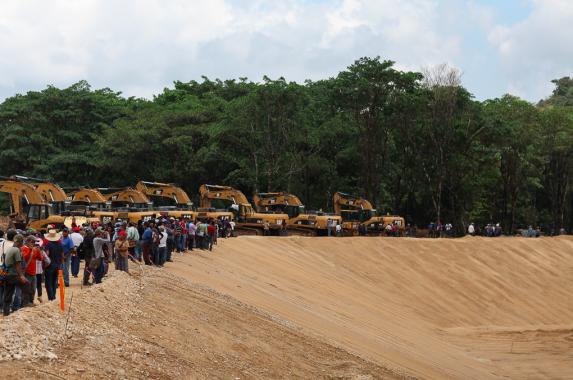 Comunitarios llegan a las obras de la hidroeléctrica en Ixquisis.