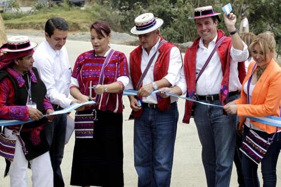 Los tres, en la inauguración de una carretera en la que probablemente hubo corrupción.