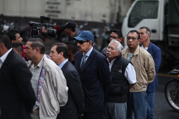 Con chaleco negro y camisa blanca, Edín Barrientos hace cola para entrar a Tribunales.
