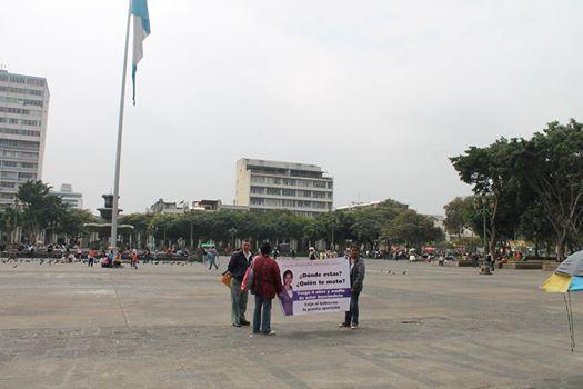 Mayra Alvarado desapareció en 2010. El 11 de febrero de 2015 su familia viajó a la ciudad capital en busca de apoyo. Solos manifestaron frente al Palacio Nacional. Foto: Gabriel Woltke.