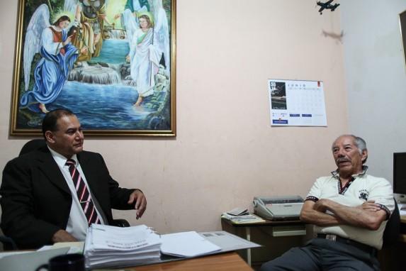 Raúl Maldonado conversa junto a otro de los estafados por el Banco de Comercio.