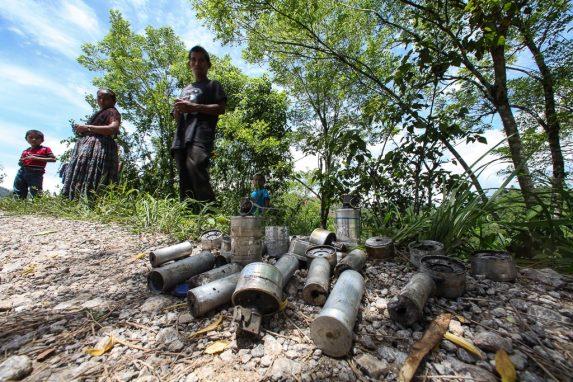 Vecinos muestran los restos de los gases lacrimógenos.
