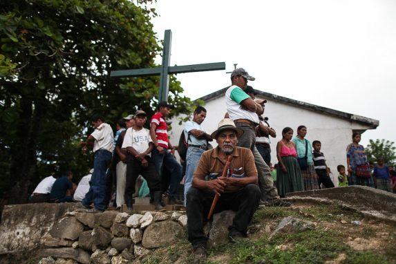 Asig, frente a comunitarios de Chisubín.