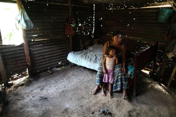 Las comunidades vecinas de Semuc Champey viven en extrema pobreza. En la foto, una mujer y su hija en la aldea Semil.