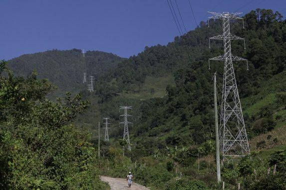 El camino está adornado por torres eléctricas que no daban energía a las comunidades.