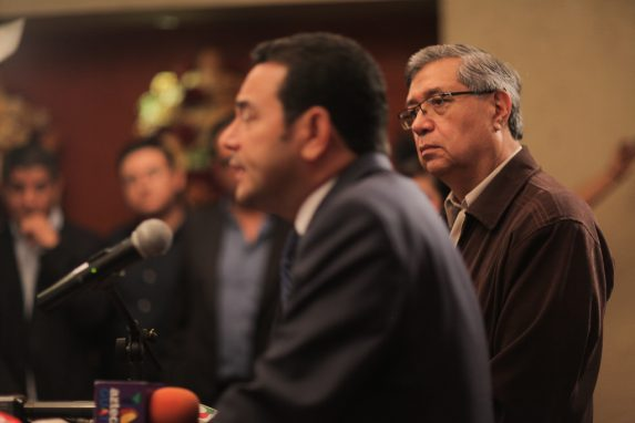 Jafeth Cabrera, vicepresidente, escucha a Jimmy Morales.