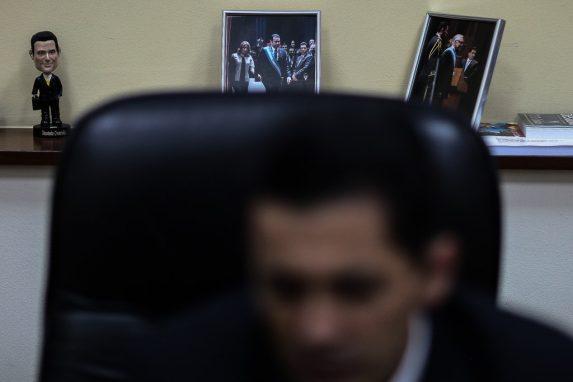 En la esquina de ambas fotos de su oficina aparece el diputado de CREO.