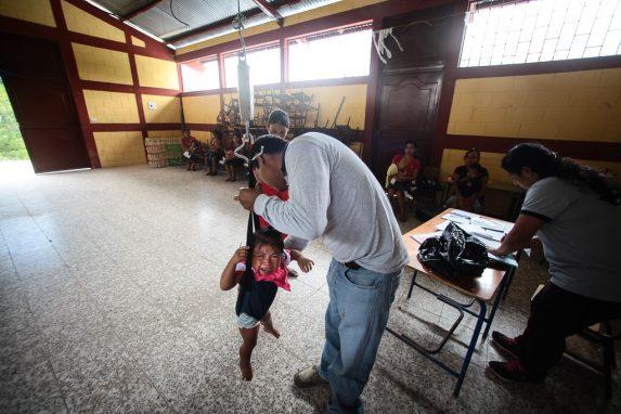 Vecinos del caserío Tasharjá llegan al centro de salud a pesar a los niños.