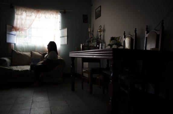 Mariana ahora vive en la casa de sus abuelos. Desde que Maco fue asesinado hace dos años ya no se atreve iniciar otra relación.