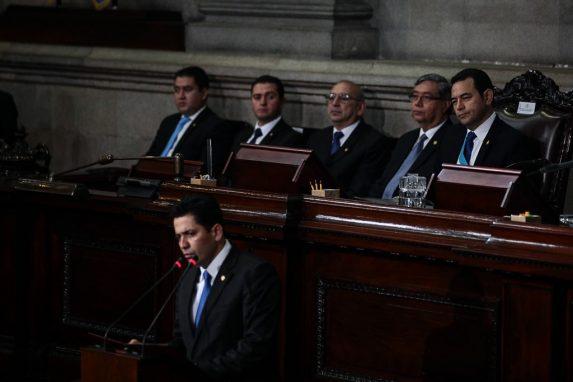 Oscar Chinchilla da su primer discurso como presidente del Congreso ante la mirada del presidente de la República, Jimmy Morales.