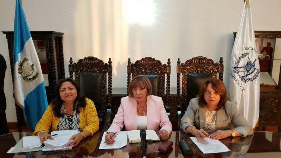 En esta foto de La Hora, comparecen en una conferencia de prensa Patricia Valdés (centro) y Vitalina Orellana (derecha); ambas contrataron a Ruth Sandoval, ex abogada del Rey y del yerno de Pérez Molina.