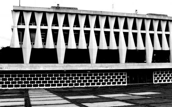 Edificio de Rectoría. USAC. Foto elaboración propia. Examinemos por un momento el juego rítmico de luz y sombra.