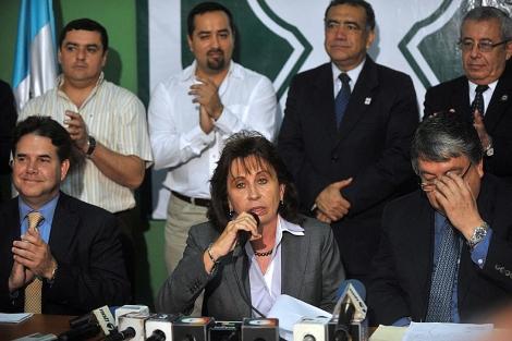 En esta foto de elmundo.es, Fajardo aparece a la izquierda de Sandra Torres.