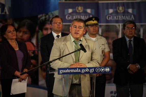 Carlos Rodas, secretario de Bienestar Social, flanqueado por la Procuradora General de la Nación, el vocero presidencial, el vocero de la PNC y el comisionado presidencial de Derechos Humanos.