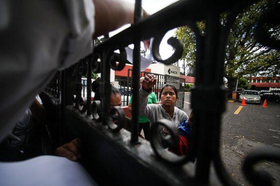 Las hermanas de Mayra esperan sus restos en las afueras de la morgue.