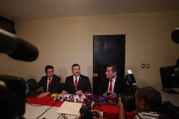 Allá por julio de 2015, Fridel de León, izquierda, flanqueaba al candidato vicepresidencial de Líder, para defenderse de las acusaciones de lavado de dinero.