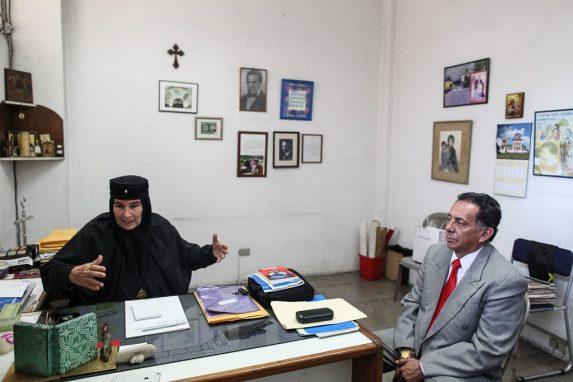 La madre Inés Ayau y su abogado.