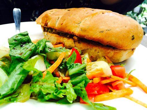 Pan con jamón y pesto.