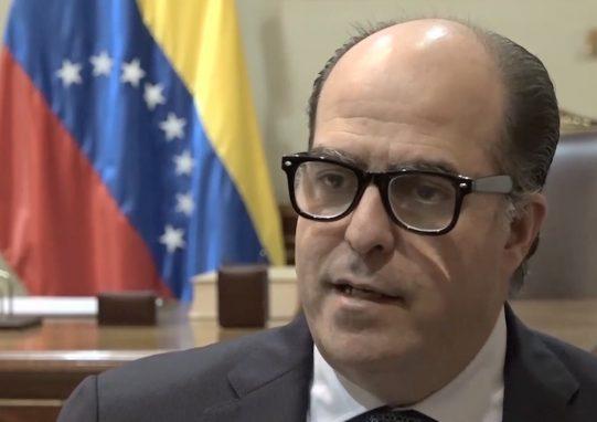 El opositor Julio Borges, Presidente de la Asamblea Legislativa, pide que las fuerzas armadas retiren su apoyo al gobierno de Nicolás Maduro (Foto: Reproducción/Agencia Pública)