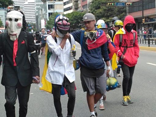 En las protestas en Caracas, jóvenes utilizan máscaras antigás y enrollan camisas en sus rostros para protegerse (Foto: Manuel Rueda/Agencia Pública)