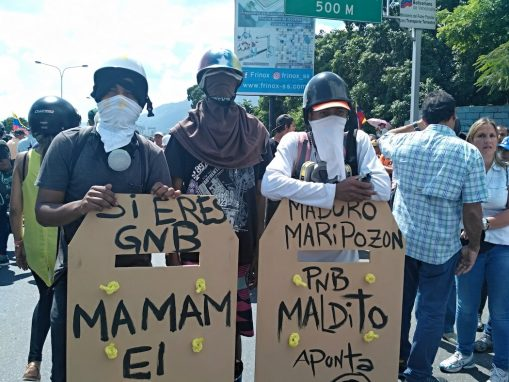 Manifestantes con escudos tallados en madera (Foto:Manuel Rueda/Agencia Pública)