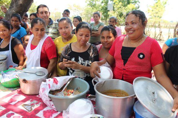 Los miembros de la Asociación de Desarrollo Comunitario de Ceiba Doblada muestran los platos locales que prepararon para el Festival Gastronómico, incluyendo un guiso de mariscos. Foto de Martha Pskowski para Mongabay