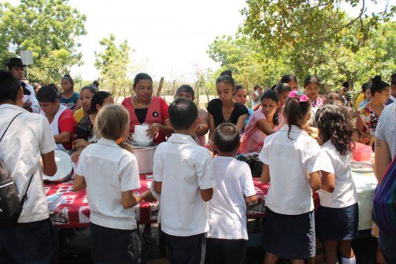 Los escolares de Ceiba Doblada hacen fila para llenar sus platos durante el Festival Gastronómico de la comunidad. Foto de Martha Pskowski para Mongabay