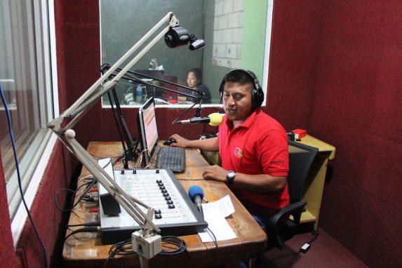 """Mario Martínez es el DJ de """"Radio Mangle"""" dirigido por la Asociación Mangle de la comunidad de Ciudad Romero. Foto de Martha Pskowski para Mongabay"""