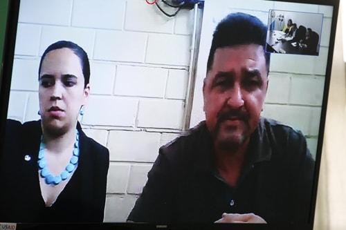 El abogado Danilo Mejía, que trabajó para los Mendoza, expone desde Mariscal Zavala junto a su abogada.