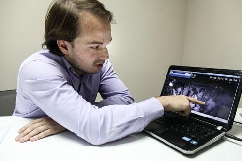 Palmieri muestra la escena en el video.