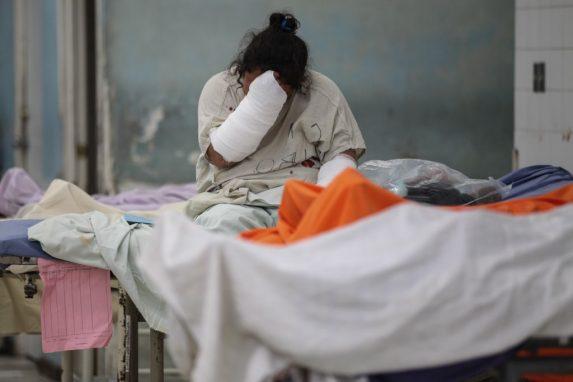 Una paciente llora después del ataque.