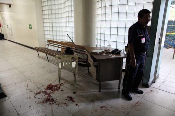 Un empleado del hospital, después del tiroteo.