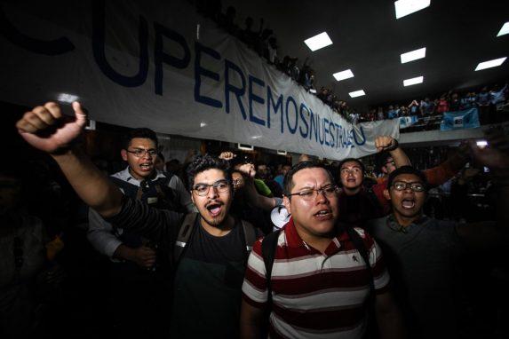 Los estudiantes forzaron al Consejo Superior Universitario a hacer elecciones democráticas. Durante los últimos 17 años, los rectores han apañado la cooptación de la AEU.