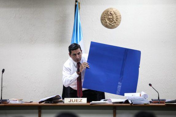 El juez Guerra, a veces en toga y a veces en mangas de camisa, en un momento de las audiencias.