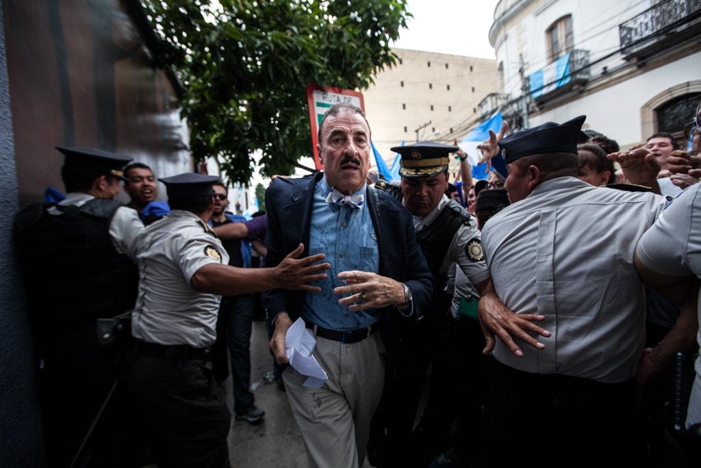 Linares Beltranena entra al Congreso después de burlarse de manifestantes y recibir insultos, una zangoloteada y una empapada.