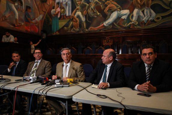 La comisión pesquisidora durante su primera conferencia de prensa.