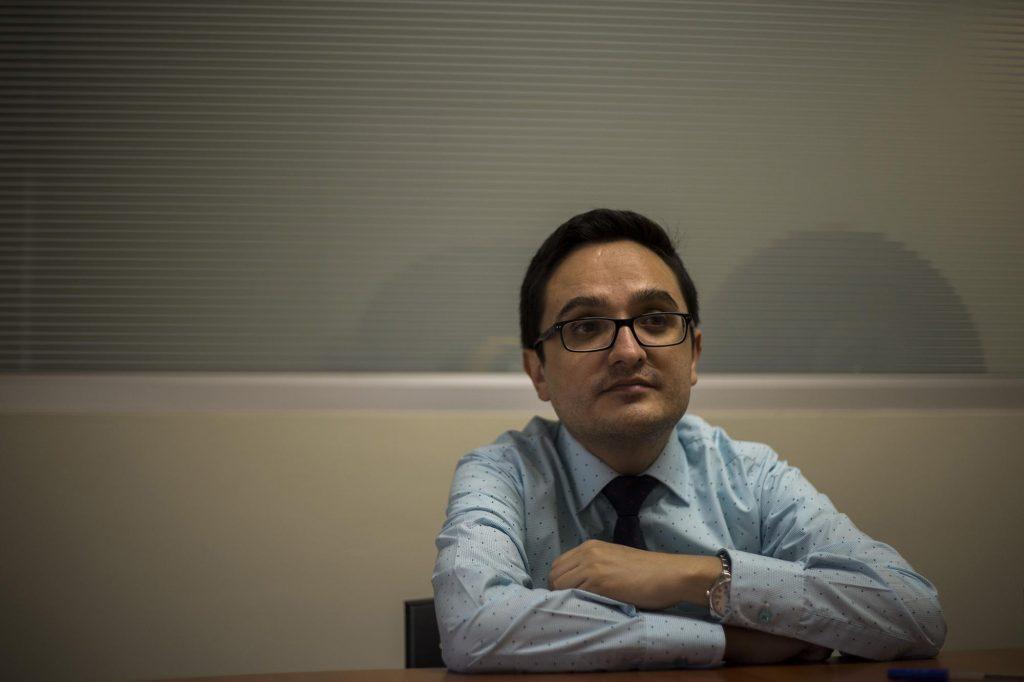 El fiscal Sandoval, en su oficina. Foto: Víctor Peña, El Faro.