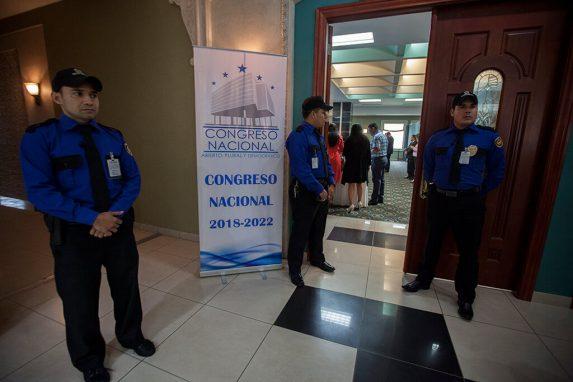 """""""Abierto, Plural y Democrático"""", es el eslogan del Congreso de Honduras. Sin embargo, es imposible realizar una cobertura periodística con los diputados."""