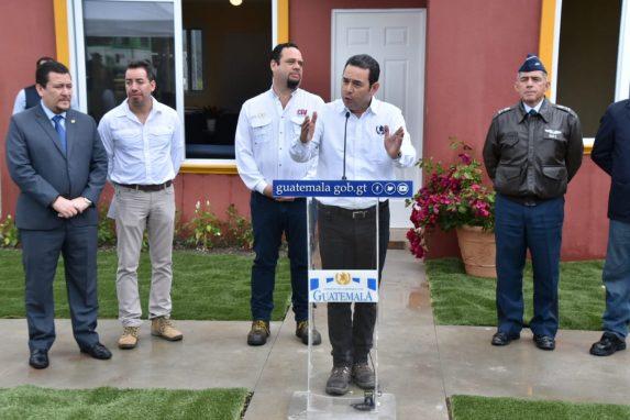 Jimmy Morales estuvo en Escuintla para supervisar las casa que recibirán los damnificados de la erupción del volcán de Fuego.