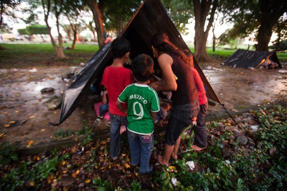 Una familia de mexicanos llegan a una champa para dejar ayuda.