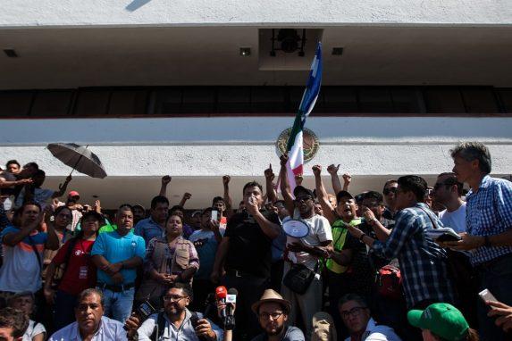 Irineo Mujica, uno de los guías de la caravana anima a los refugiados a continuar sin causar relajo ni destrozos. Además, recuerda por qué huyen del país. (Foto: Sandra Sebastián)