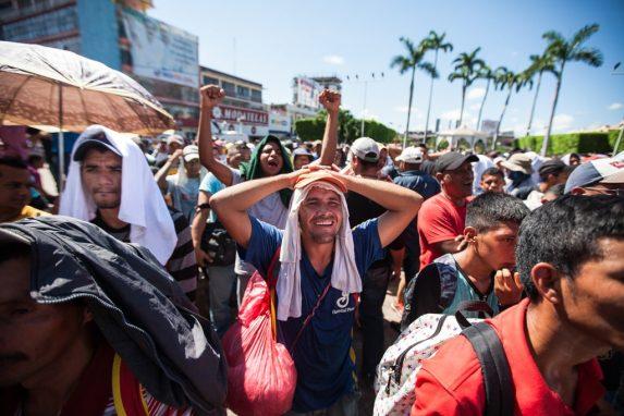 Los centroamericanos han soportado el calor de la zona pero no detienen su caminata hacia su destino Estados Unidos.