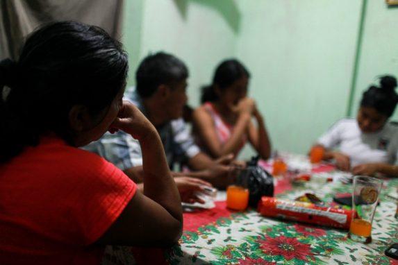 La familia se reúne en la mesa, es la última ocasión que lo hacen, no saben cuándo volverán a hacerlo de nuevo.