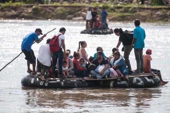 En balsas cruzaron de Guatemala a México. Intentaron hacerlo por el paso fronterizo, pero la burocracia mexicana los detuvo.