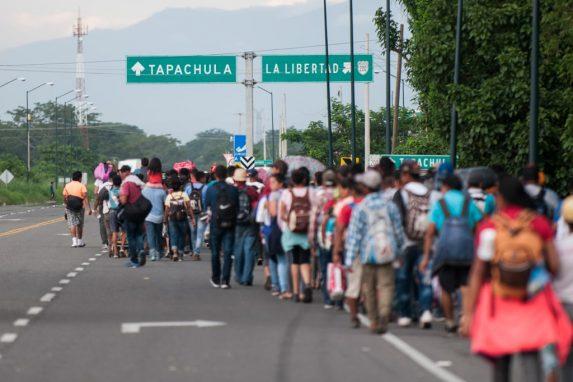 Con mochilas, bolsas y ropa que han recibido en el camino, la caravana de hondureños continúa su ruta hacia Estados Unidos.
