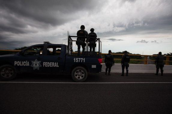 La policía federal mexicana observa el paso de la caravana que salió de Ciudad Hidalgo hacia Tapachula.