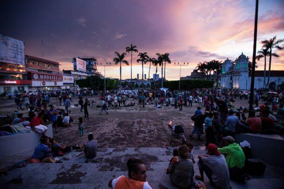 La noche cae en el parque de Tapachula, donde se congregaron los hondureños antes de encaminarse hacia Huixtla.