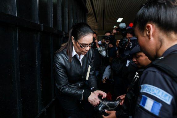 Uno de los momentos cuando revisan a la ex vicepresidenta a su llegada a la megasala del Organismo Judicial.