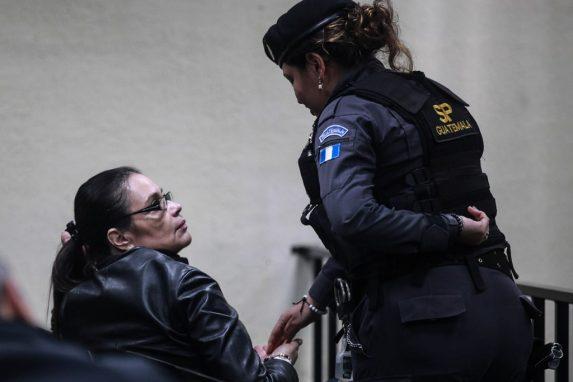 Una guardia del Sistema Penitenciario atienda a la ex vicepresidenta en uno de los momentos del día.