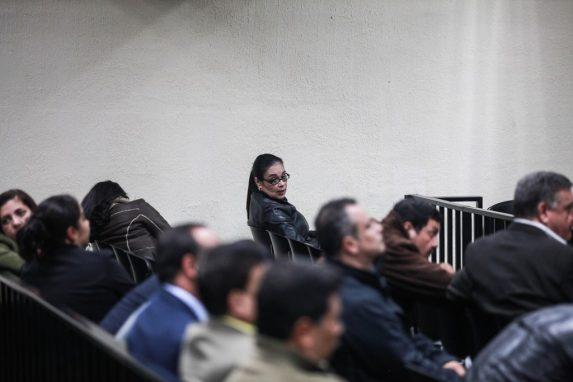 Las horas pasaban y la espera se prolongaba. Así también la desesperación de algunos de los acusados que aguardaban en la megasala. Baldetti observaba a los medios.